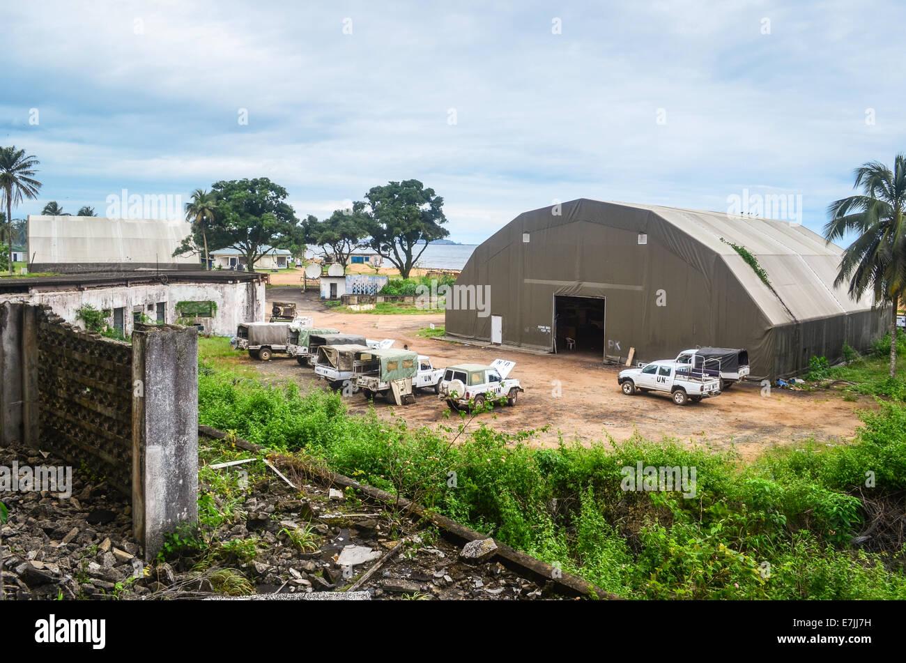 Fahrzeuge und Hangar einer UN-Camp in Monrovia, Liberia, gesehen von der Spitze der Ruinen von Hotel Afrika Stockbild