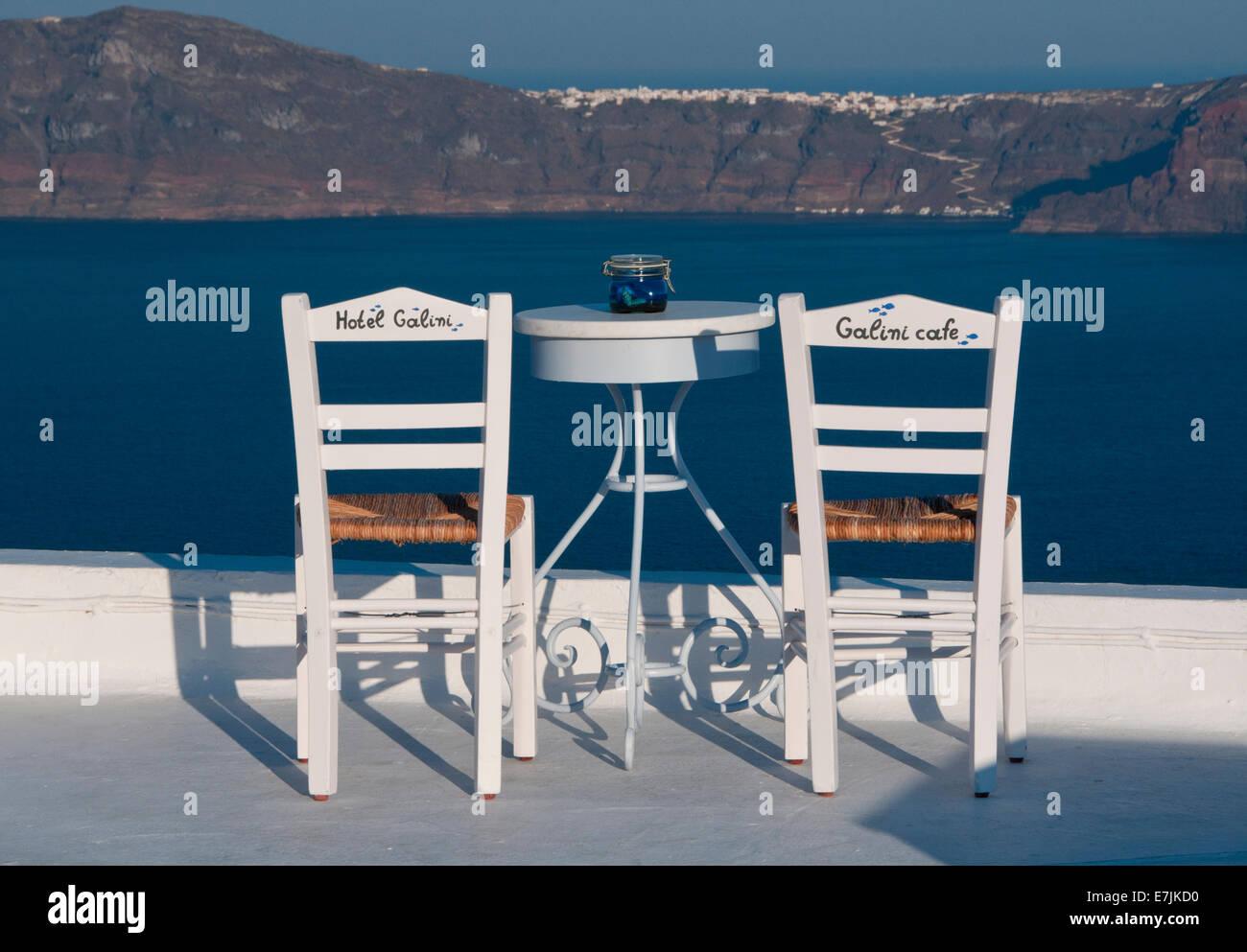 Hotel Galini Tisch & Stühlen mit Blick auf die Caldera, Firostefani, Santorini, Kykladen, griechische Inseln, Stockbild