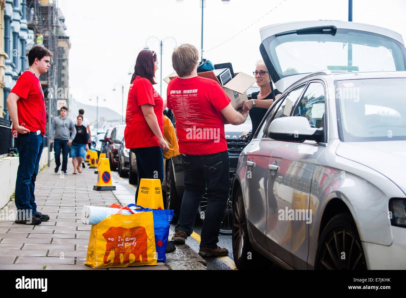 """Aberystwyth Wales UK, Freitag, 19. September 2014 zu Beginn des Schuljahres 2014 / 15, """"frischer"""" Erstsemester- Stockfoto"""