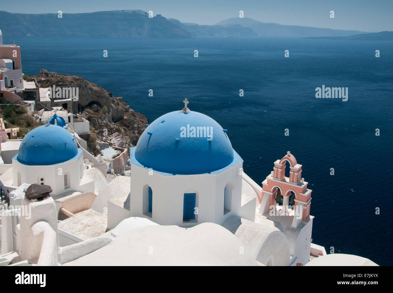 Blauen Kuppelkirchen mit Blick auf die Caldera, Oia, Santorini, Cyclades, griechische Inseln, Griechenland, Europa Stockbild