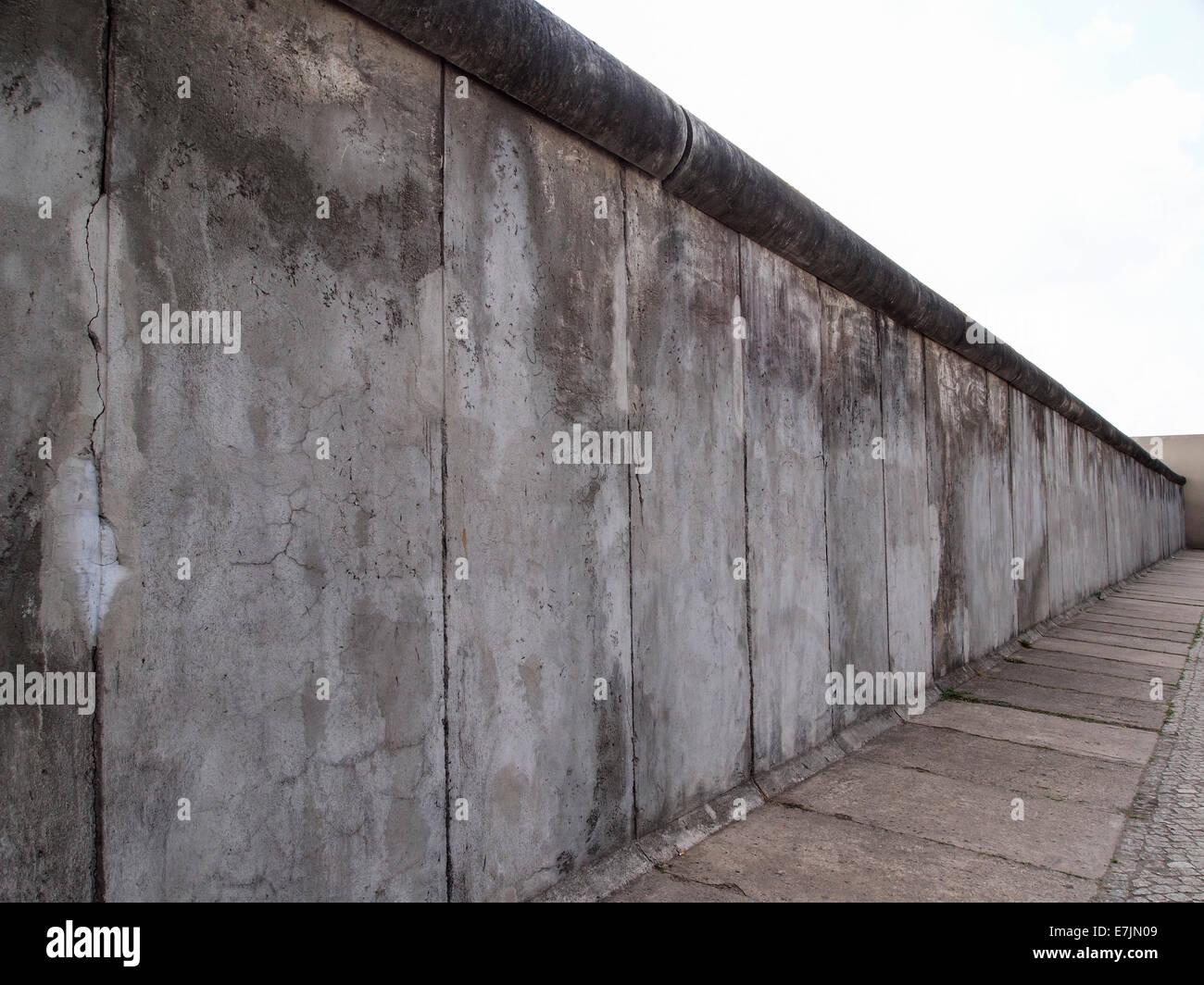 """Ein Originalteil der Berliner Mauer, die einst teilte Ost West-Berliner, die als """"Gedenkstätte Berliner Stockbild"""