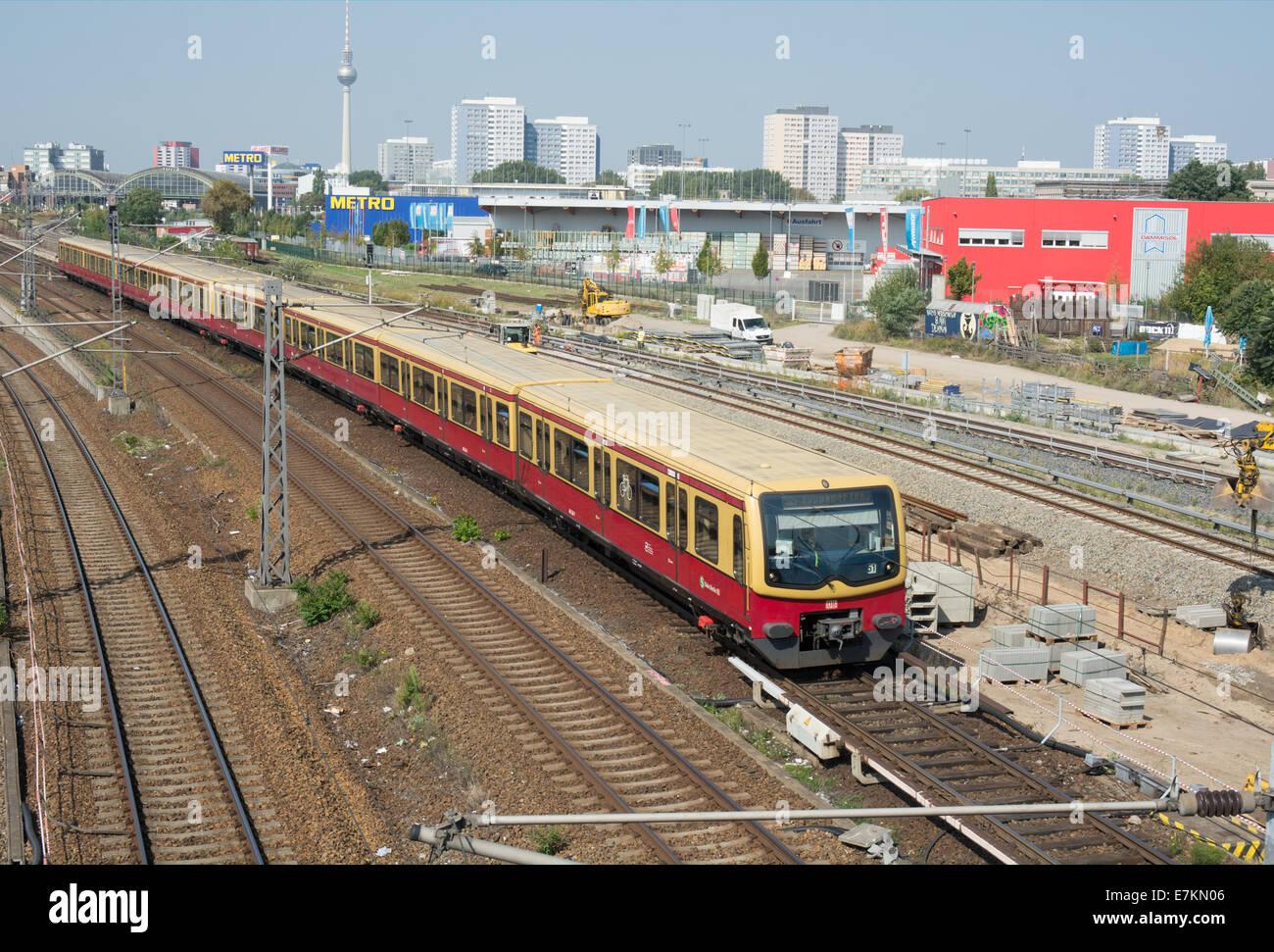 Eine S-Bahn Zug unterwegs, die S5 Rail engineering-arbeiten in der Nähe Warschauer Straße Station geht. Stockbild