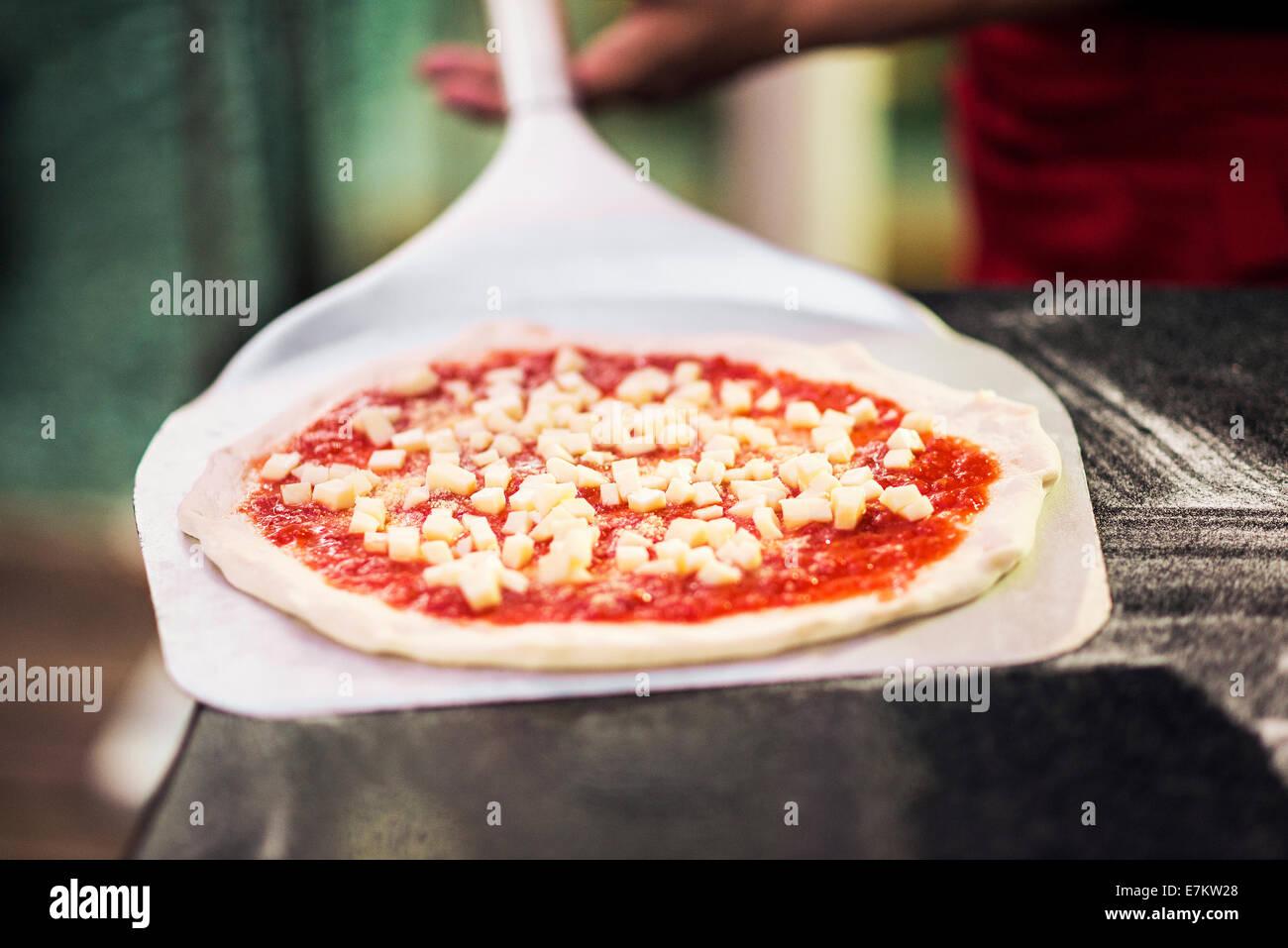 italienische Margarita Pizza fertig für den Ofen Stockfoto