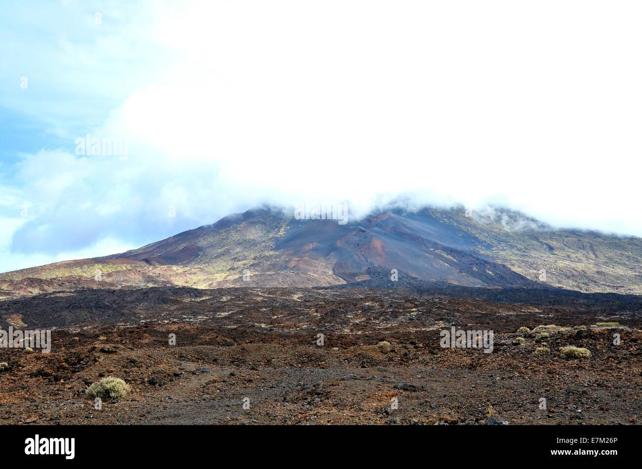 Der Gipfel des Mount Teide auf Teneriffa ist in niedrigen Wolken gehüllt. Stockbild