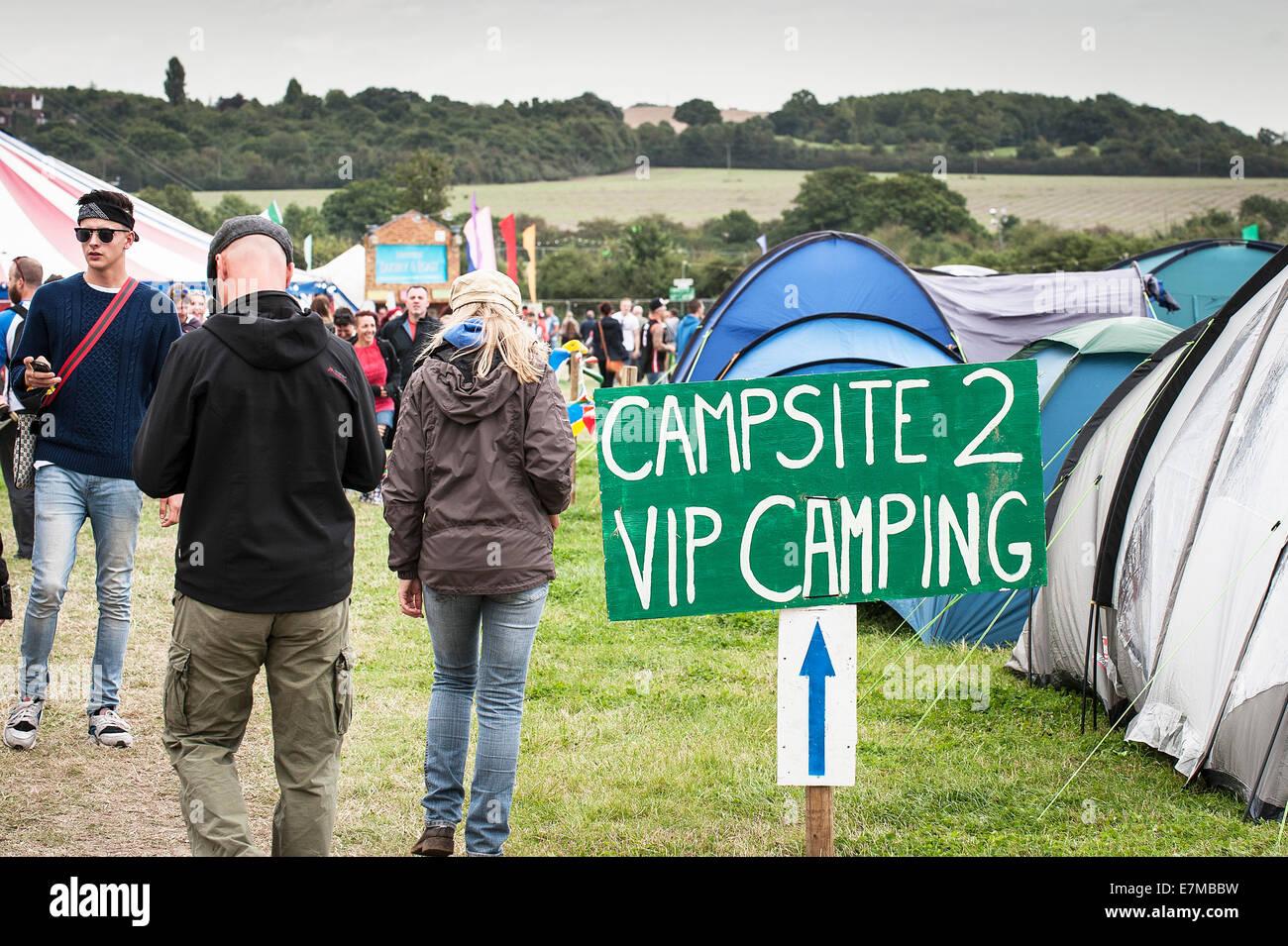 Ein Wegweiser zum VIP Campingplatz auf dem Brownstock Festival in Essex. Stockbild