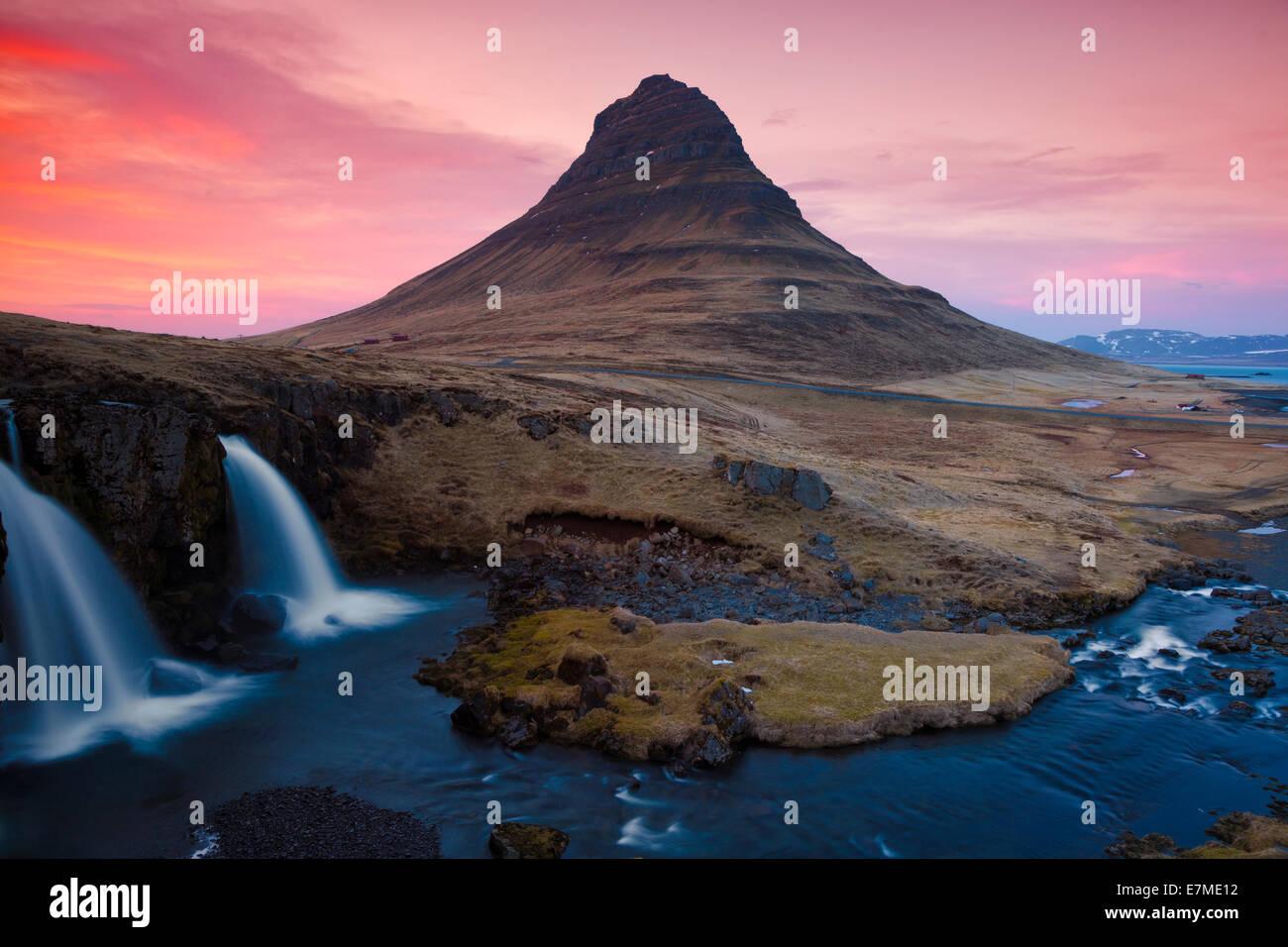 Der Berg Kirkjufell und Wasserfall in der Nähe von Grundarfjordur nach Sonnenuntergang, Snaefellsnes Halbinsel, Stockbild