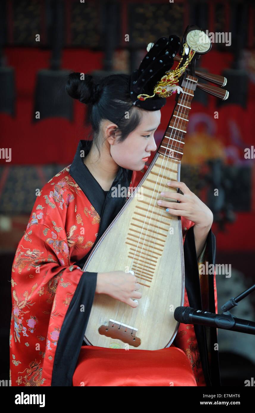 Performer spielt die chinesische Laute für Touristen in der Sommerpalast in Peking, China. 2014 Stockbild