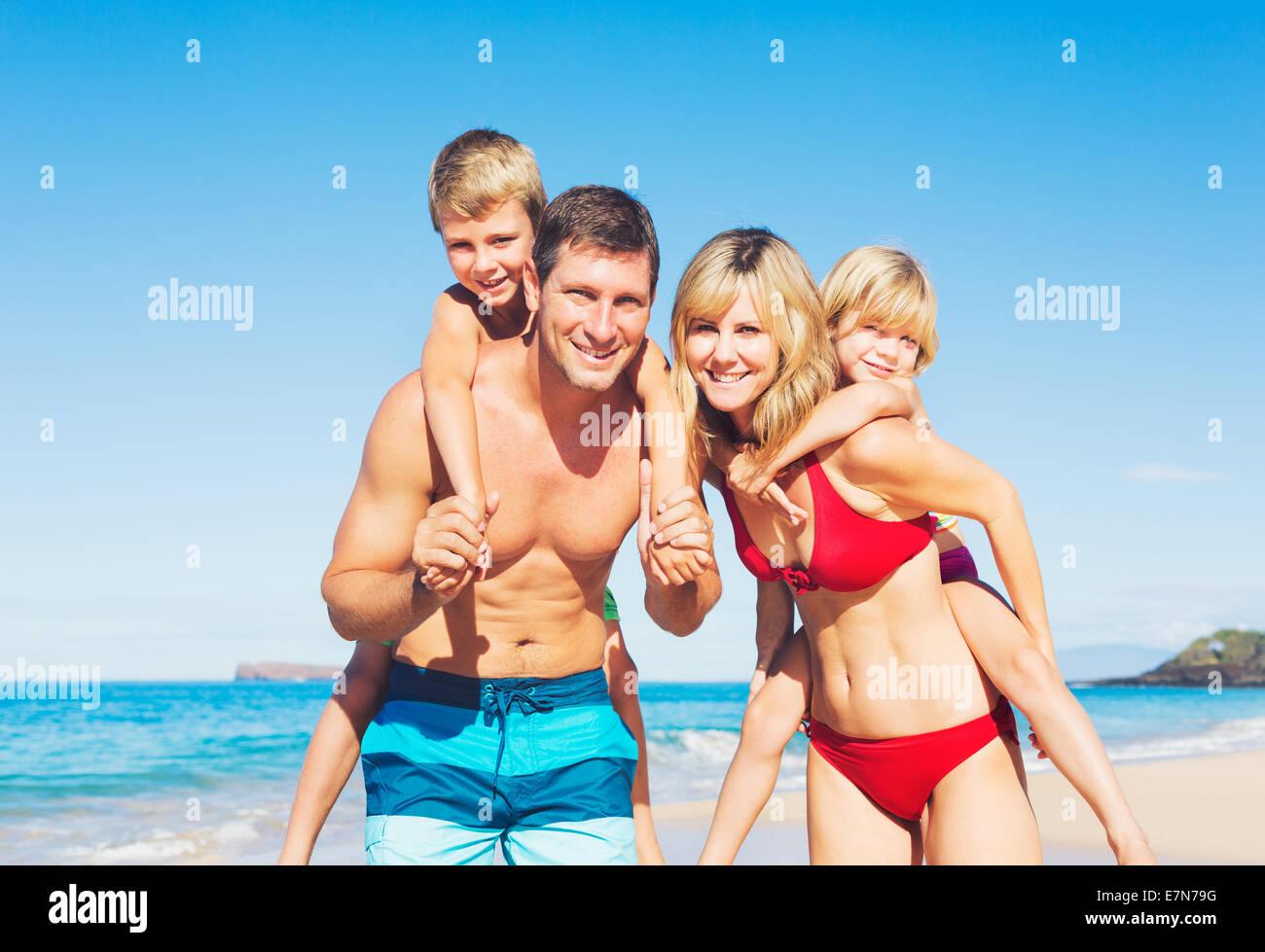 Glückliche Familie, die Spaß am Strand Stockbild
