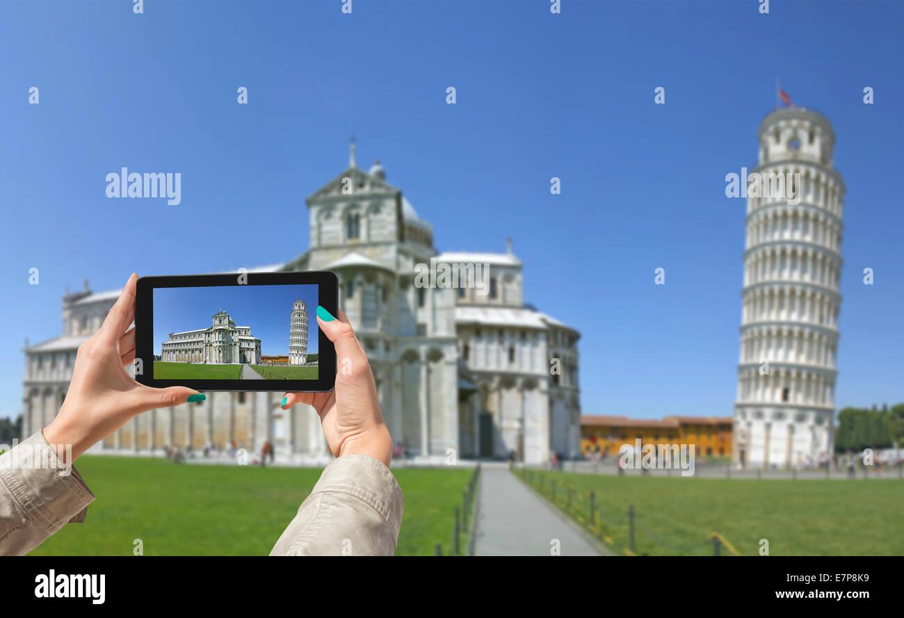 Junges Mädchen unterwegs und fotografiert schiefen Turm in Pisa, mit Tablet Stockbild