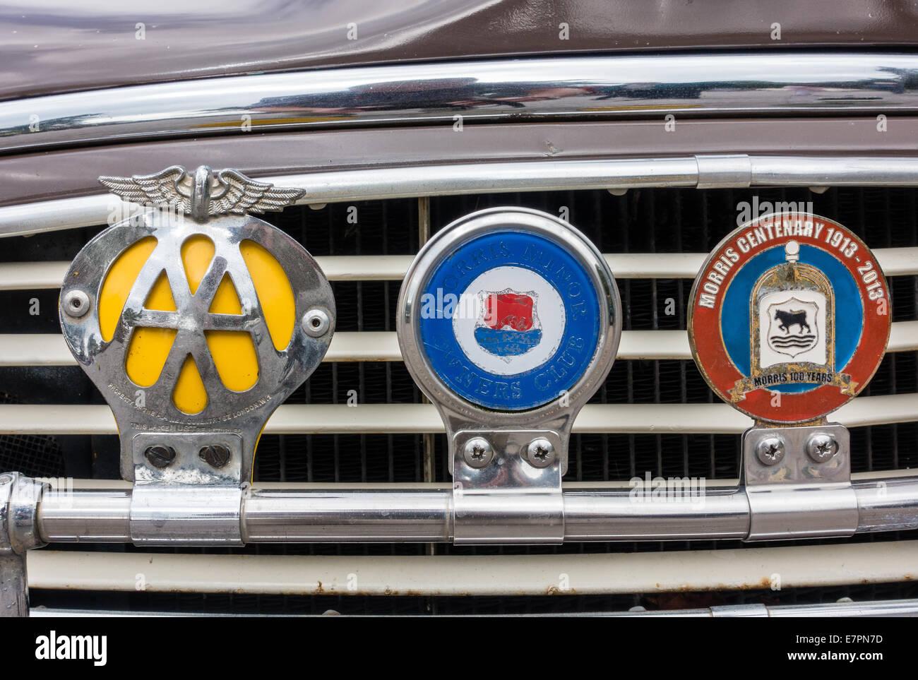 Badge-Bar auf einen Oldtimer mit Automobilclub Morris Owners Club und Morris Centenary Abzeichen Stockbild
