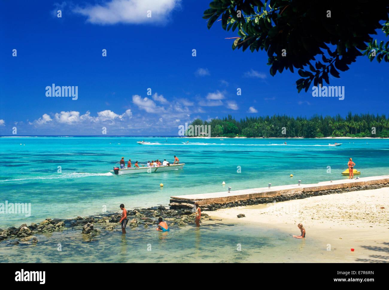 Sandstrände, Ausleger und Touristen vor Hibiscus Hotel auf Moorea Insel in Französisch-Polynesien Stockbild