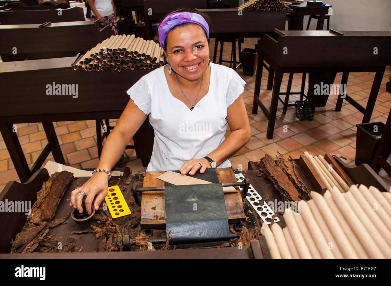 Frau, die Rollen von Zigarren in der Dannemann Zigarren Unternehmen, Cachoeira, Bahia, Brasilien Stockbild