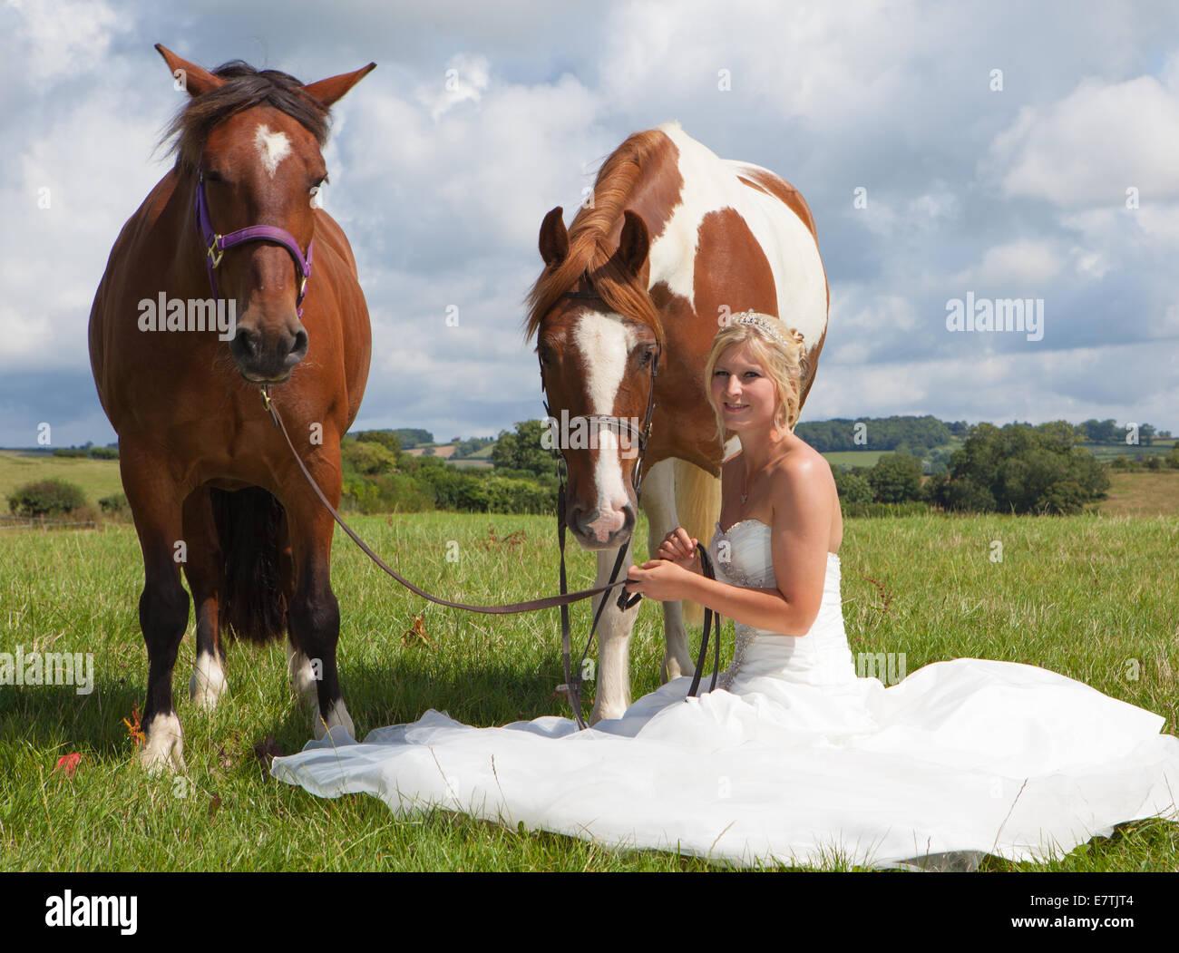 Braut im Hochzeitskleid mit Pferd Stockfoto, Bild: 73685700 - Alamy