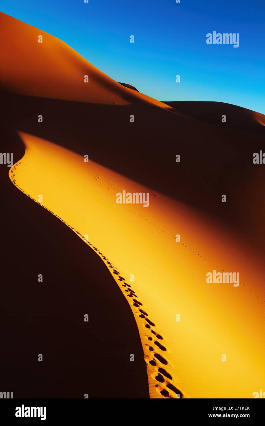 Sanddüne mit Footprints bei Sonnenaufgang, die Wüste Sahara, Algerien Stockbild