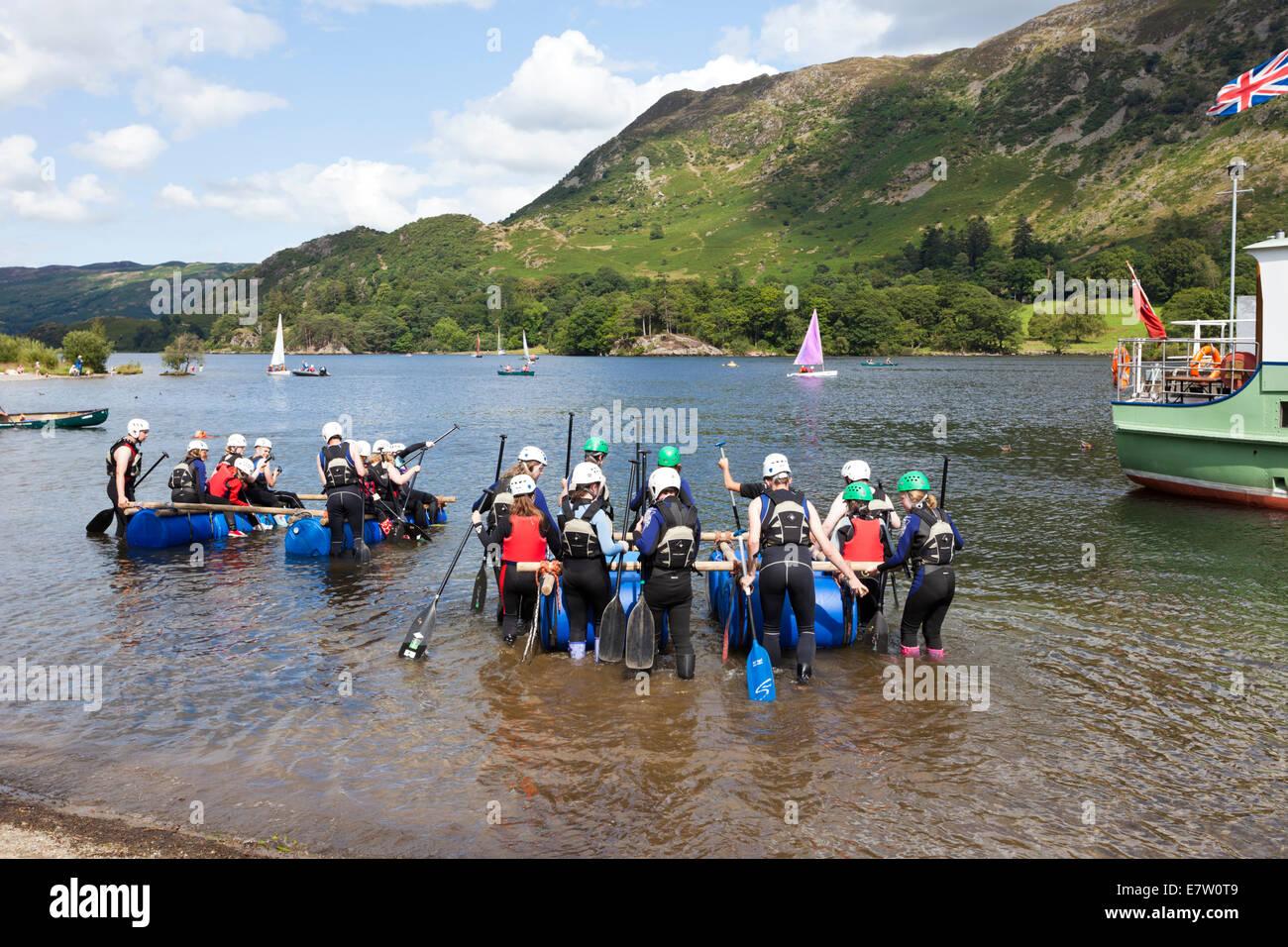 die englischen lake district - ein junger menschen gruppe floß bauen