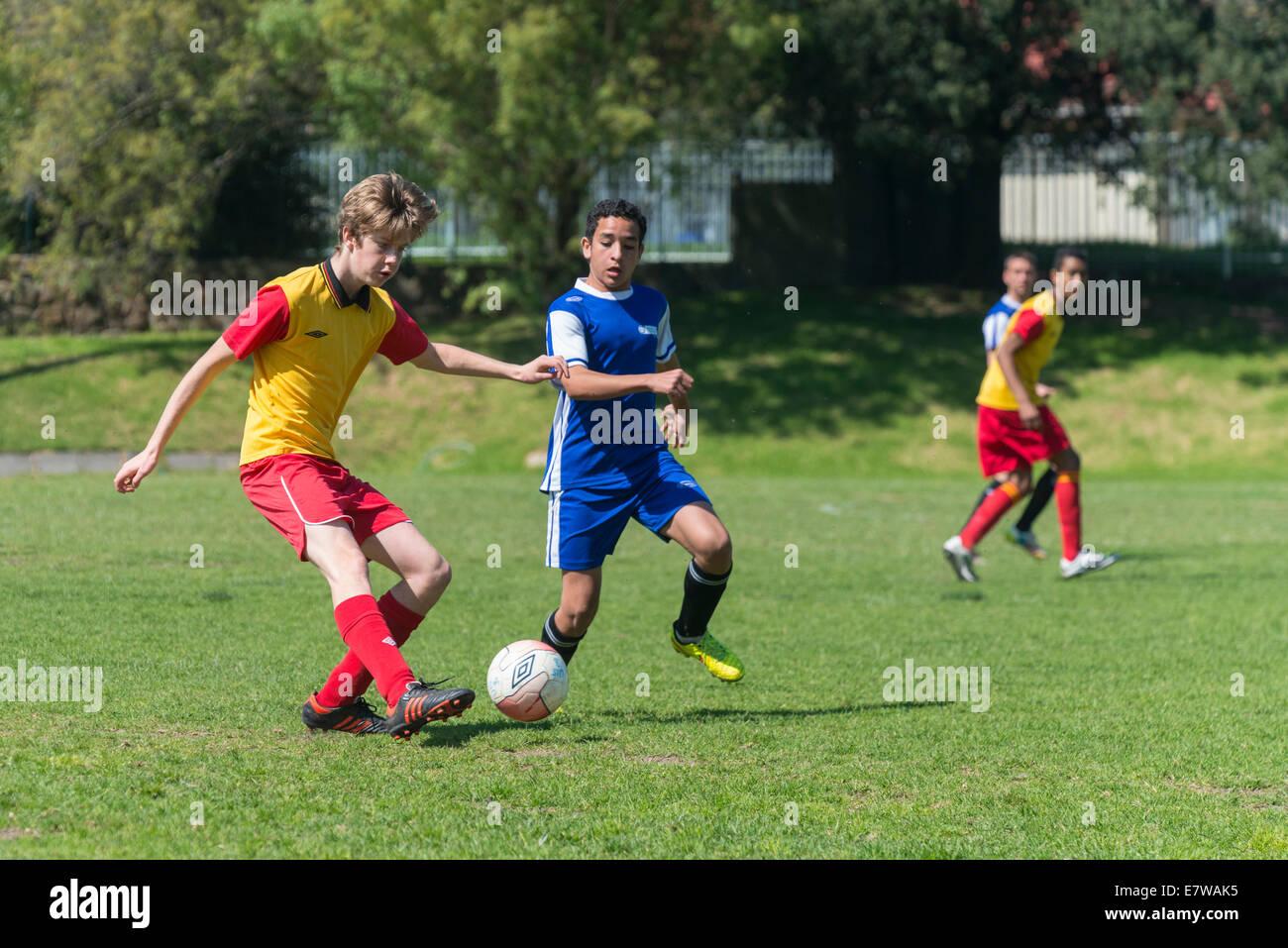 Junge Fußballer dribbeln den Ball, Cape Town, Südafrika Stockbild