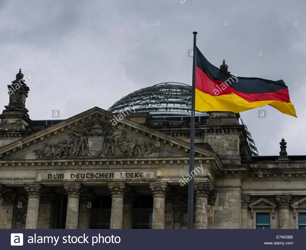 Berlin, Reichstag Deutschland Flagge Dem Deucschen Volke Stockbild