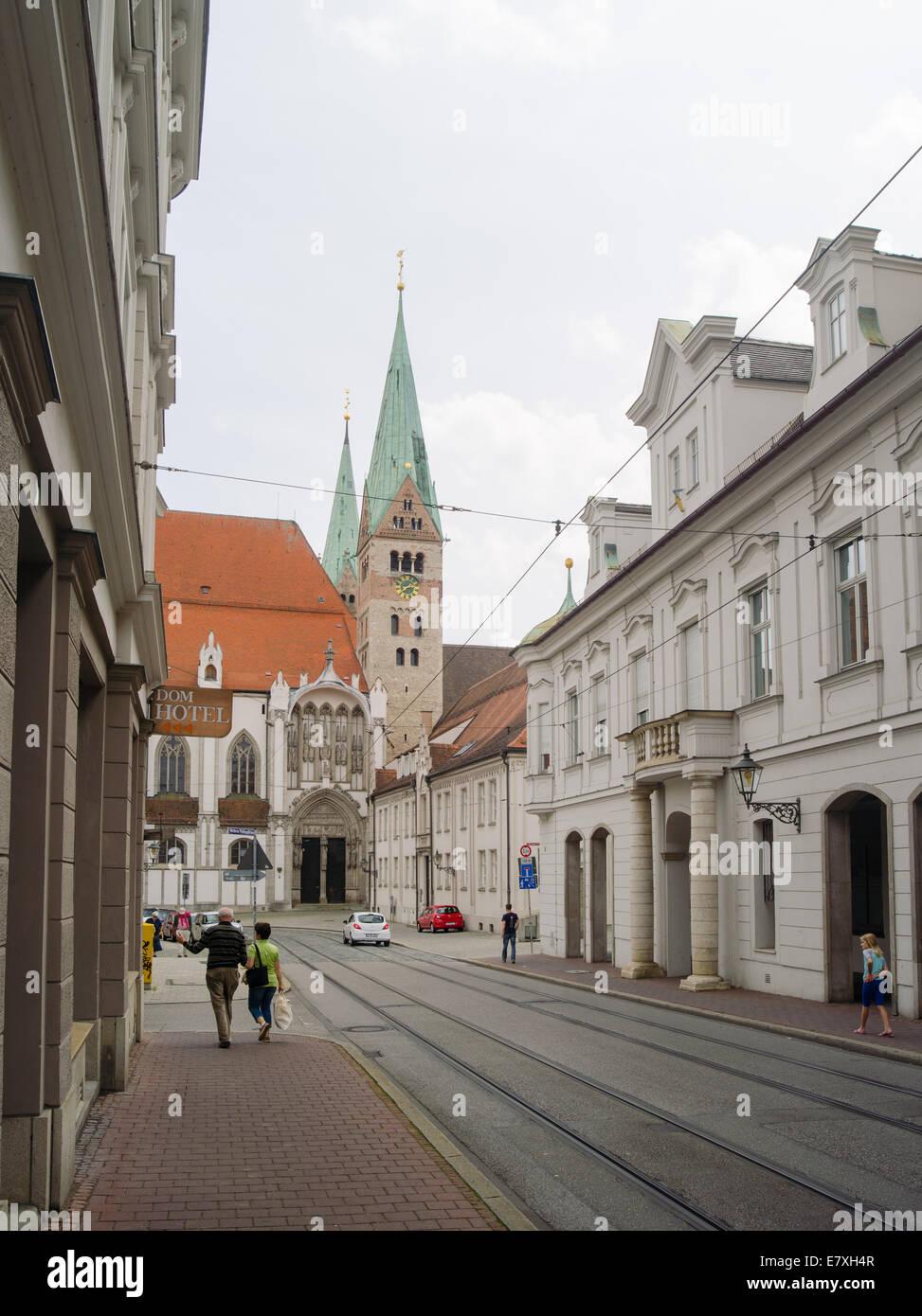 Wandern entlang Frauentorstrasse, Augsburg, Bayern, Deutschland, mit Blick auf die Kuppel von St. Maria-Kirche. Stockbild