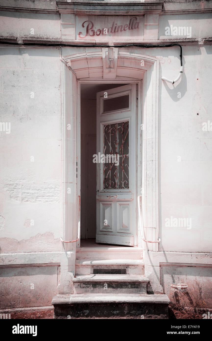 Charakter öffnen alte Eingangstür und drei Schritte Instagram Wirkung. Stockbild