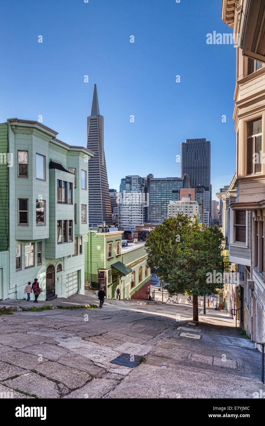 Kearny Street, einer der sehr steilen Straßen in San Francisco, Blick nach Süden in Richtung der CBD und Stockbild