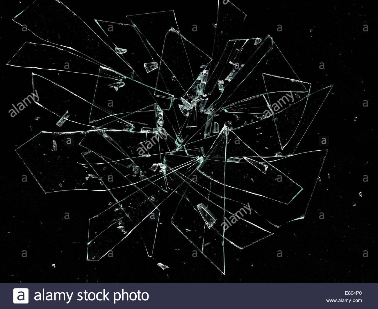 In Stücke, Risse und gebrochene Glas auf schwarzem Hintergrund zerbrochen Stockbild