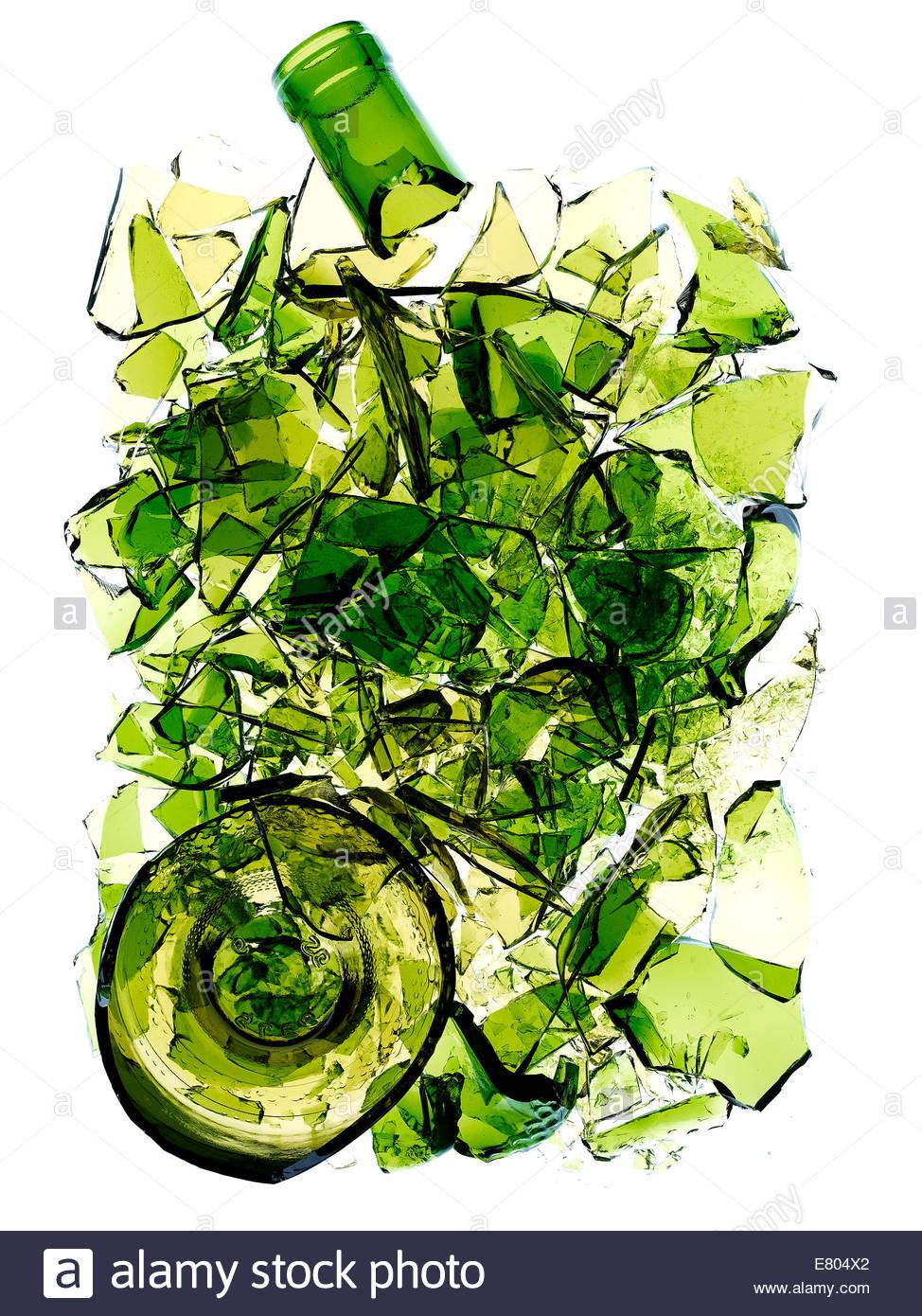 zerbrochene & gebrochene grüne Farbe Flasche vor weißem Hintergrund Stockbild