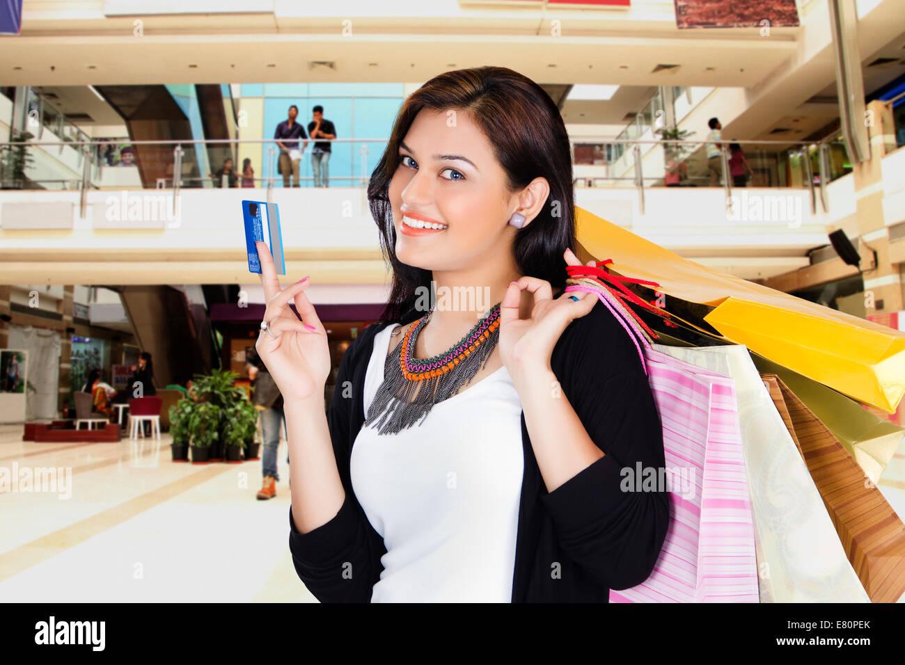 04eb877a5d indische schöne Damen Shopping Mall mit Kreditkarte Stockfoto, Bild ...