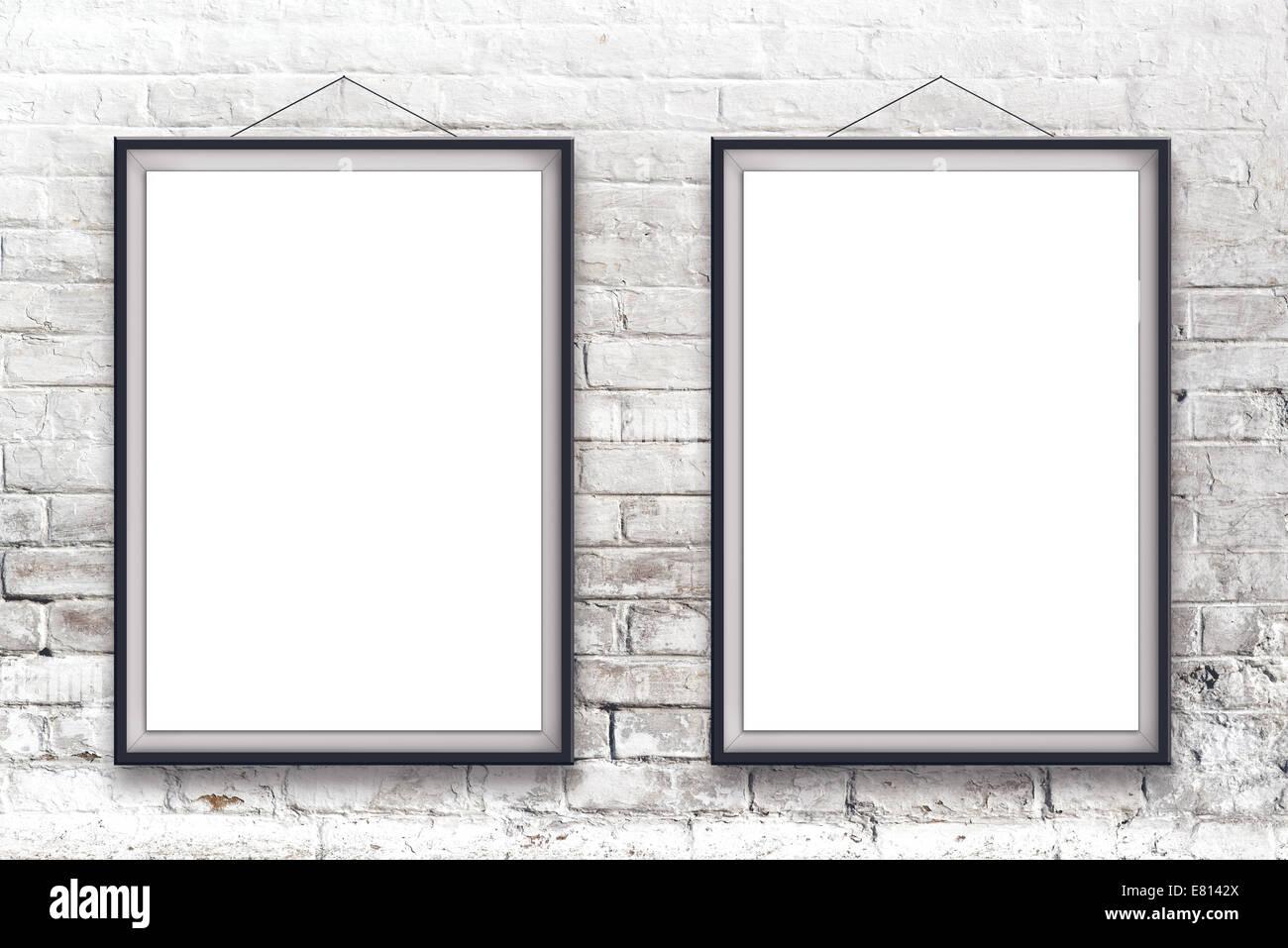 Zwei leere vertikale Malerei Poster in schwarzen Rahmen hängen weiße ...