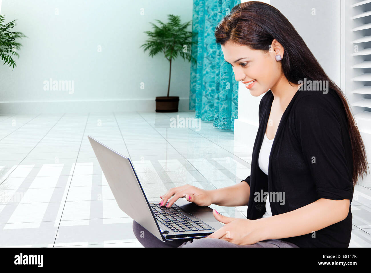 f2b251e967cd00 indische schöne Damen mit laptop Stockfoto