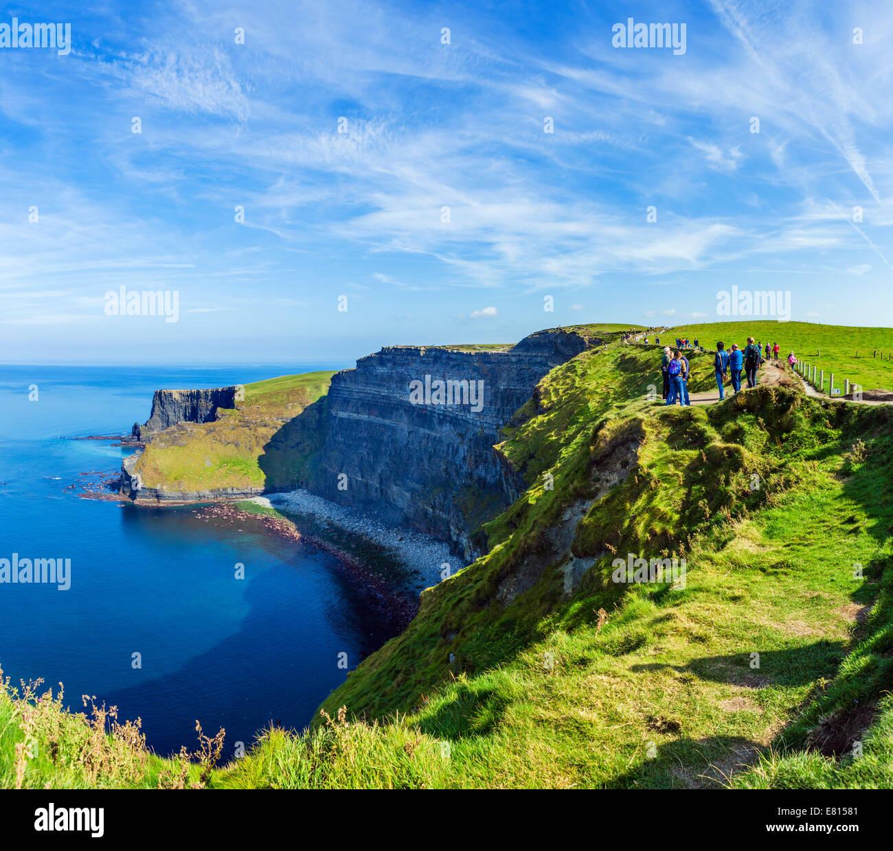 Touristen an den Klippen von Moher, die Burren, County Clare, Irland Stockbild