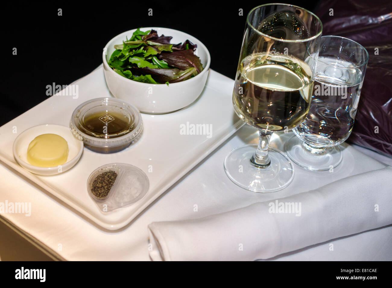 New York New York John F. Kennedy International Airport JFK an Bord American Airlines Business Class Fach Salat Stockbild