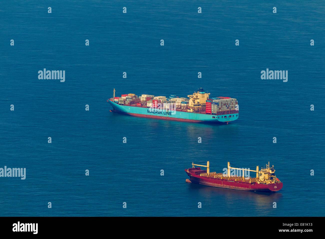 Luftaufnahme, Frachtschiffe am Anker, Reederei, Versandweg, Schiffe auf See, küstennahen Gewässern vor Stockbild