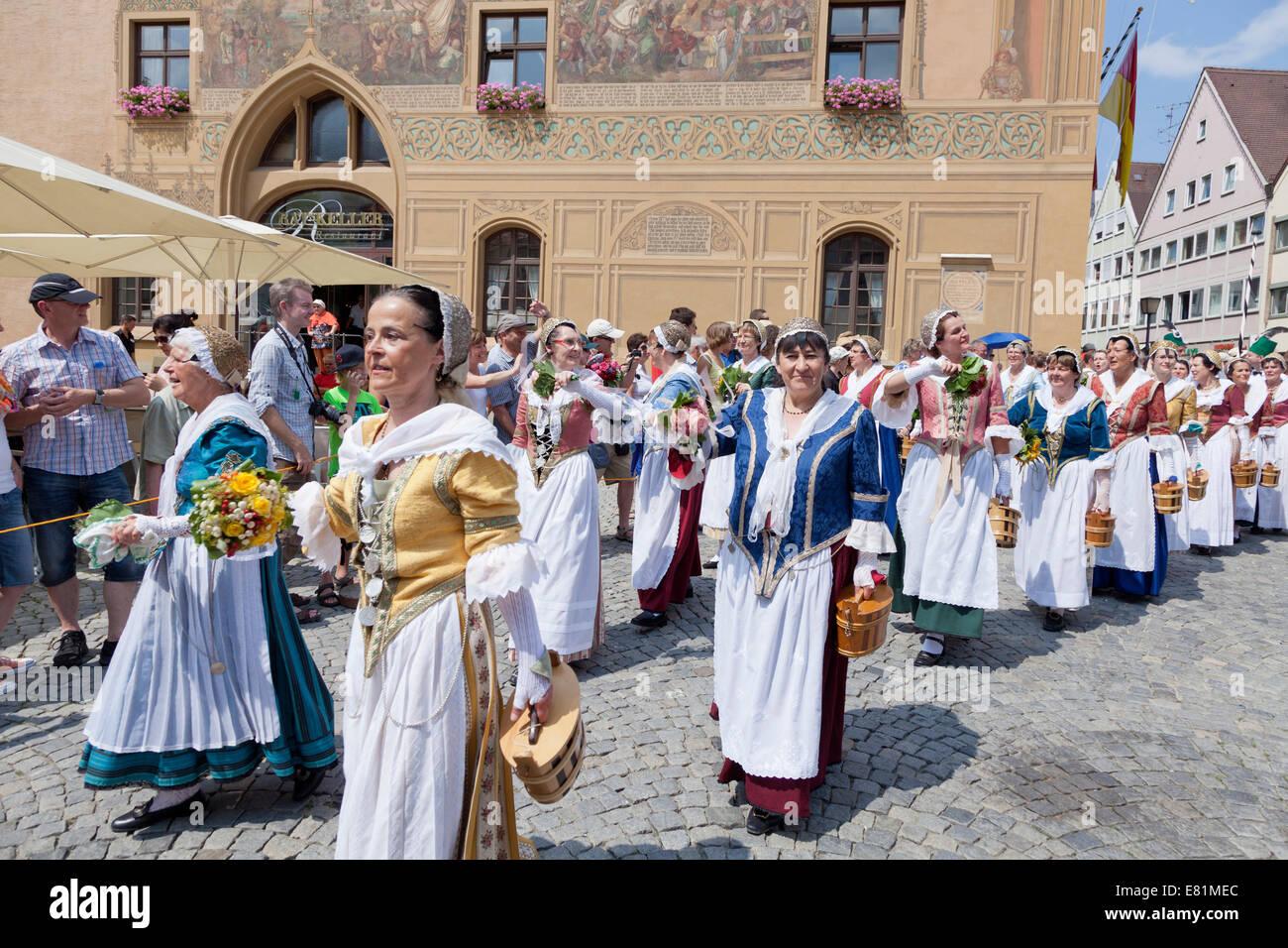 Fischerfrauen während einer Parade am Marktplatz vor dem Rathaus, Fischerstechen quadratisch oder Wasser Turnier Stockbild