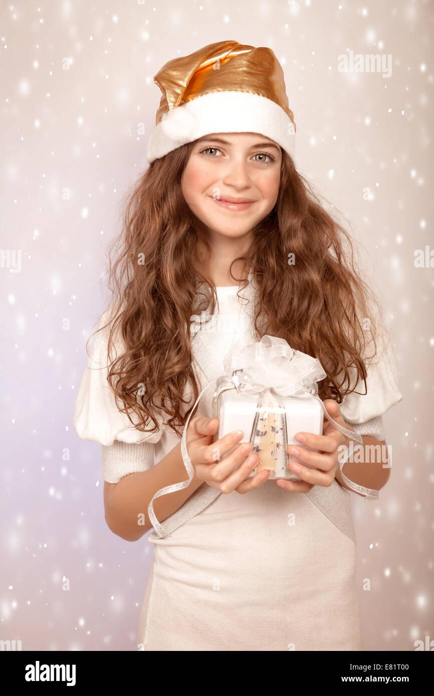 Porträt von niedlichen Teen Mädchen mit Weihnachtsgeschenk auf ...