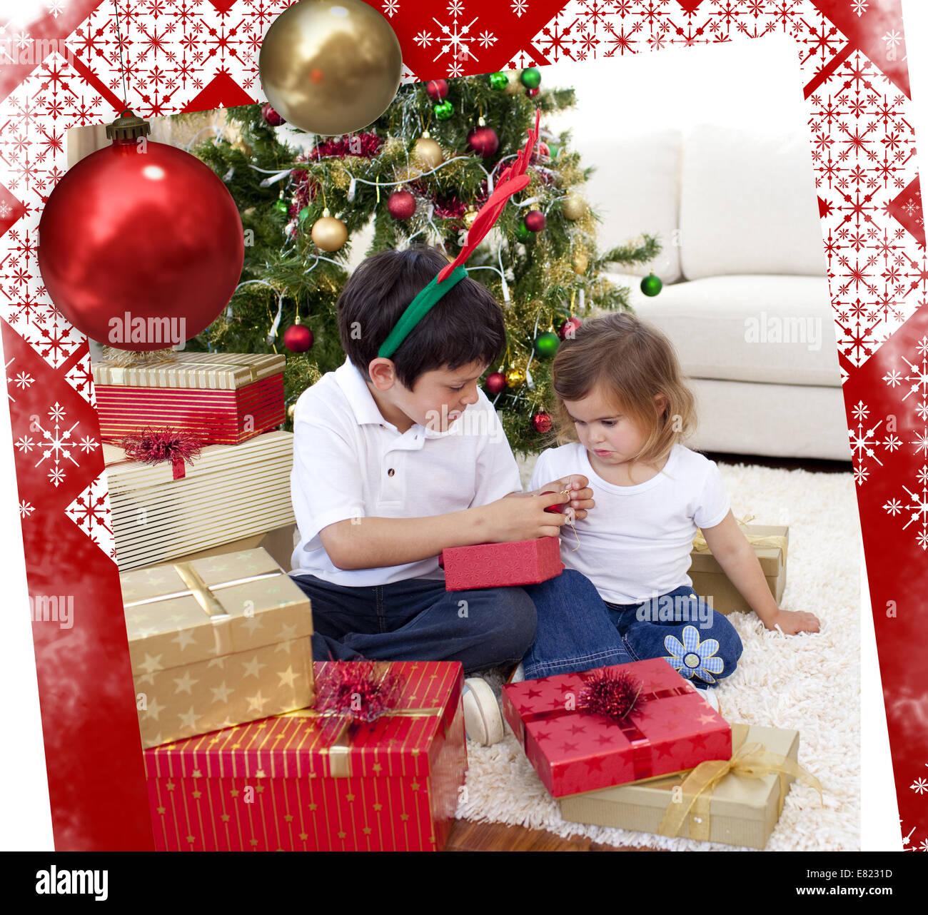 Glücklich Bruder und Schwester Blick auf Weihnachtsgeschenke ...