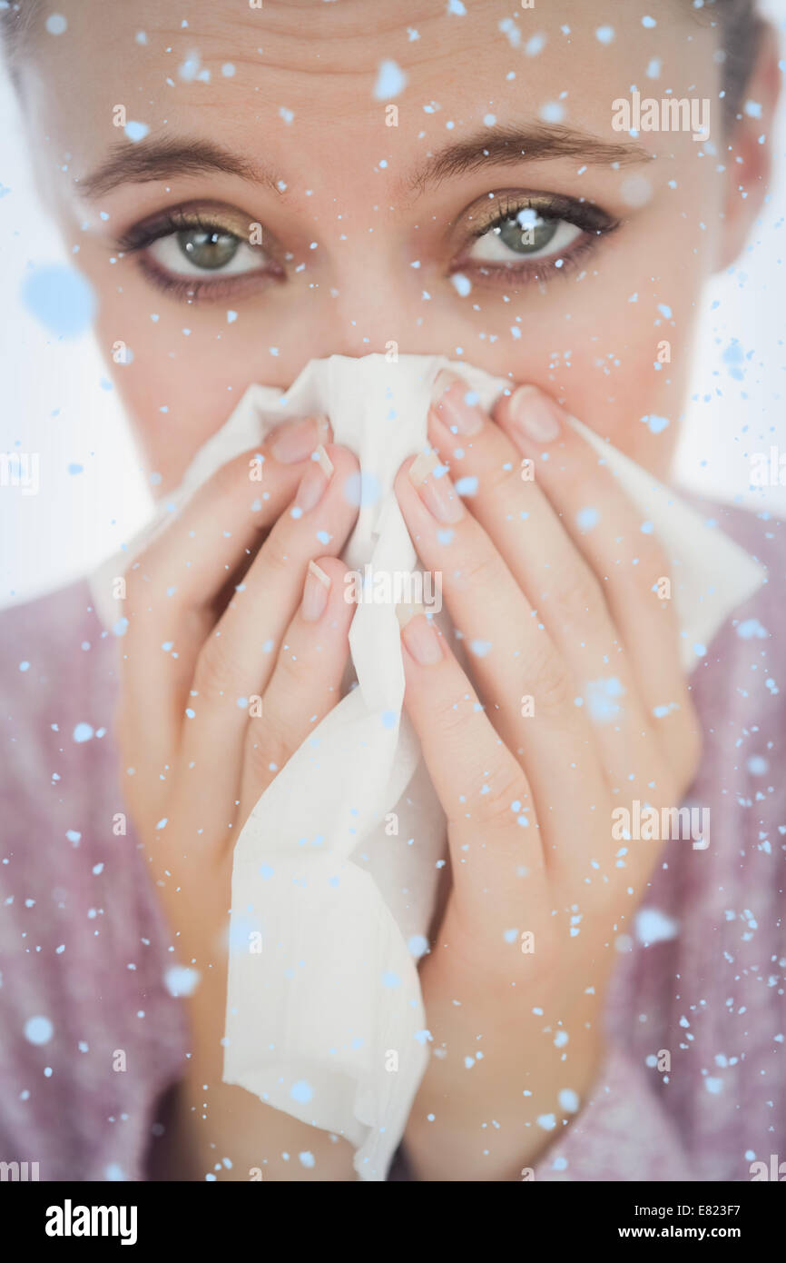 Unglückliche junge Frau leidet Kälte Stockbild