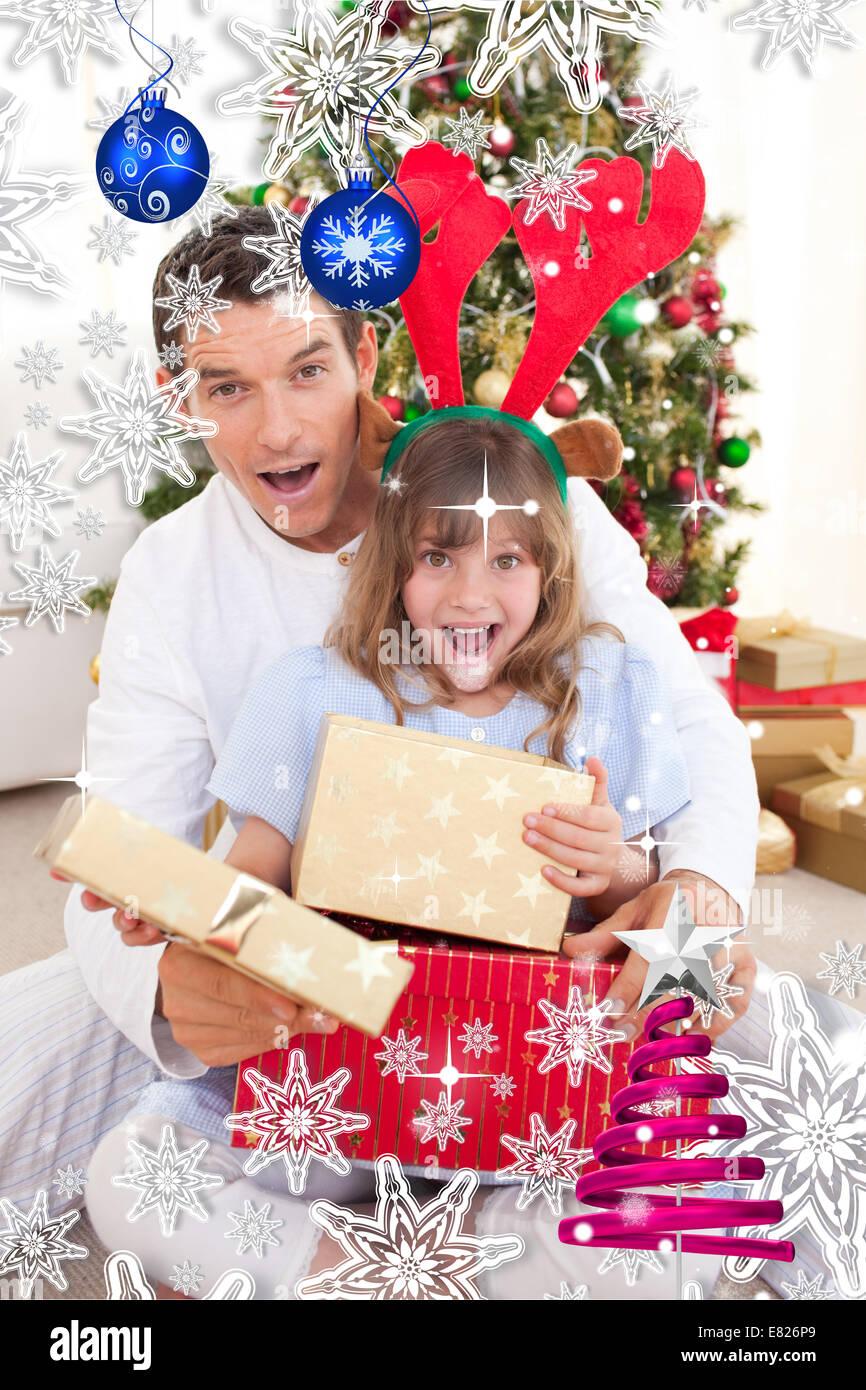 Überrascht Vater und seine Freundin Weihnachtsgeschenke zu öffnen ...