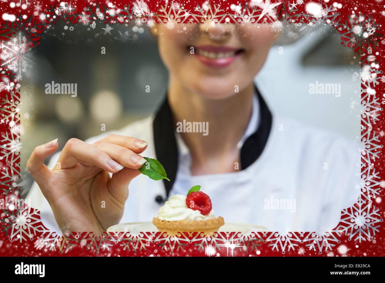 Lachelnd Chefkoch Putting Minzblatt Auf Kleinen Kuchen Auf Teller