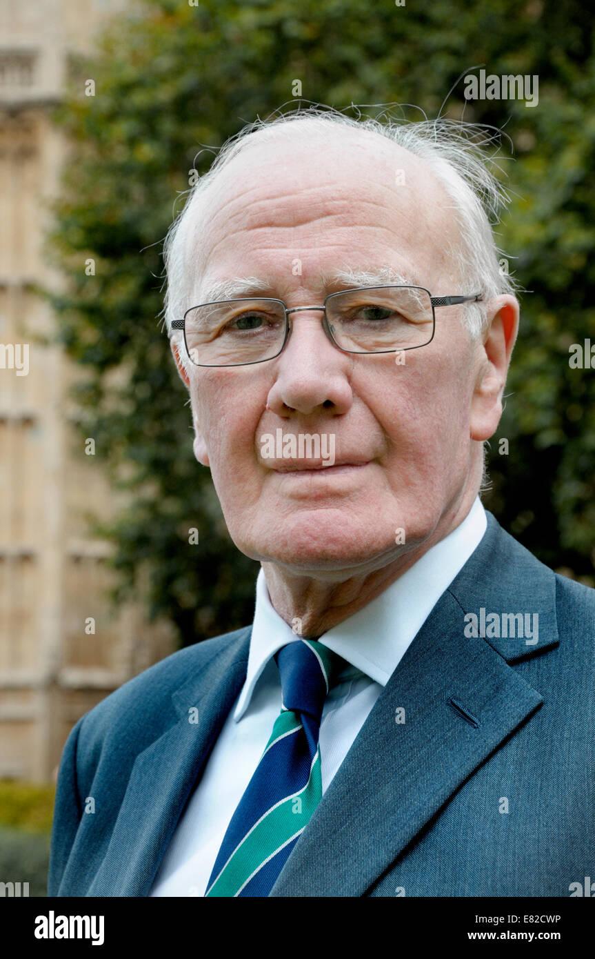 Sir Menzies (Ming) Campbell (LIB) auf dem College Green außerhalb des Parlaments, Westminster Stockbild