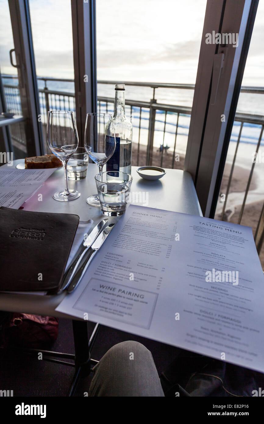 Fünfzehn Jamie Olivers Menü Restaurant Tisch Set Getränke Meerblick ...