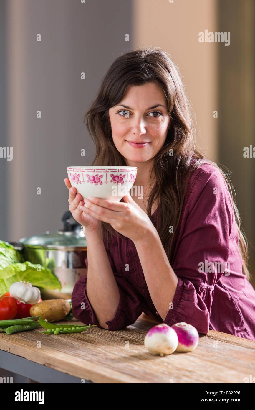 Frau eine Suppe essen. Stockbild