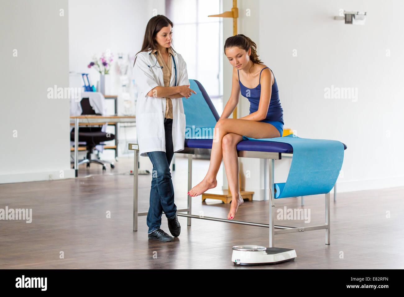 Teenager Mädchen Und Arzt Stockfoto Bild 73821097 Alamy