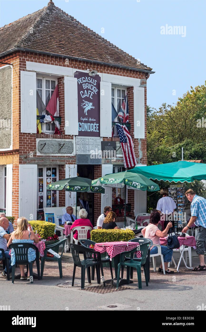 Touristen im Pégasus Brücke Café, erste französische Haus während der d-Day im 2. Weltkrieg Stockbild