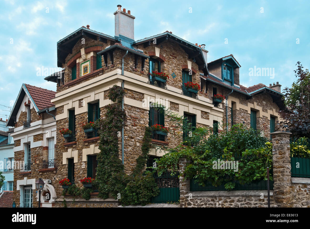 Schönes Haus Im Viktorianischen Stil Beige Ziegel Mit Blumen Und Grün Im  Montmartre In Paris Im Sommer An Einem Sonnigen