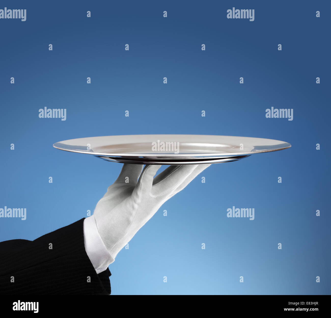 Kellner mit leeren Silbertablett Stockbild