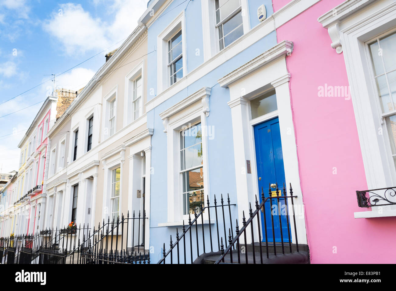 Reihe von Reihenhäusern in Notting Hill, London, England, UK Stockbild