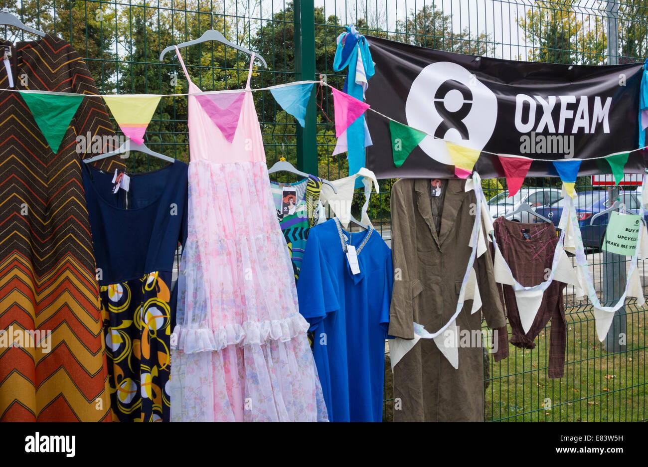 Oxfam-Kleidung stall am Festival der Sparsamkeit, Lingfield Punkt, Darlington, England, UK Stockbild