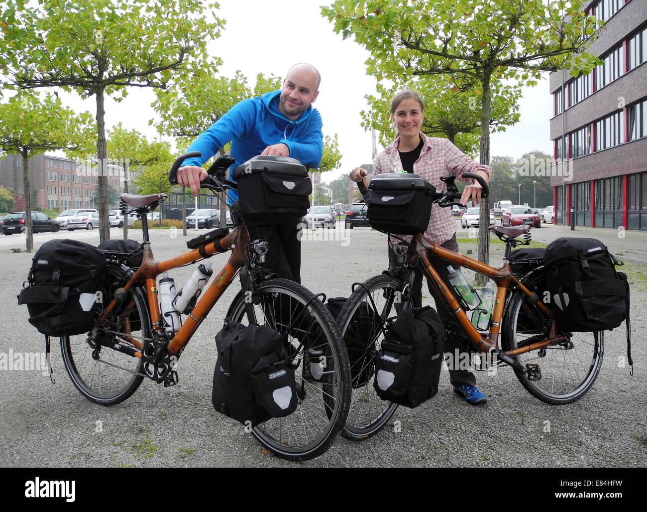 Karina Poser R Und Ihr Ehemann Tim Stehen Mit Dem Bambus Fahrrad