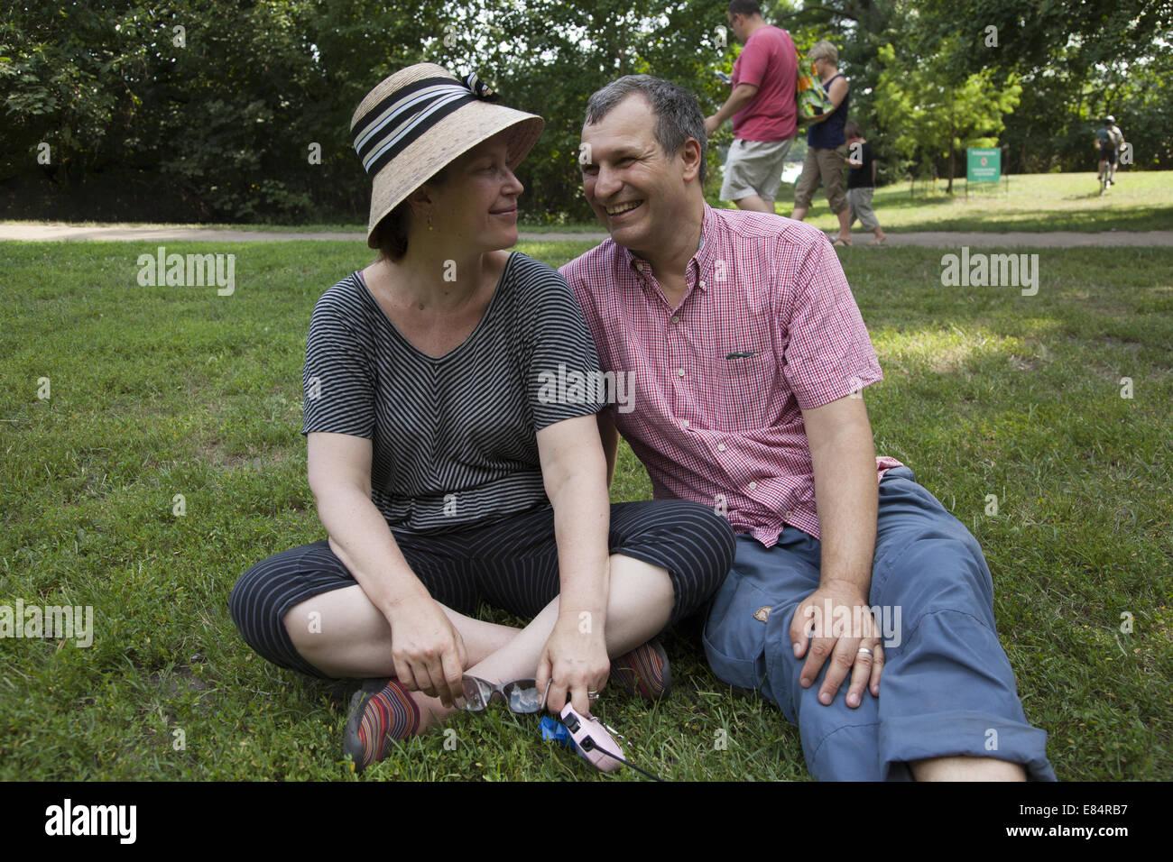 paar in ihrer Mitte 40er Jahren entspannen Sie im Prospect Park, Brooklyn, NY. Stockbild