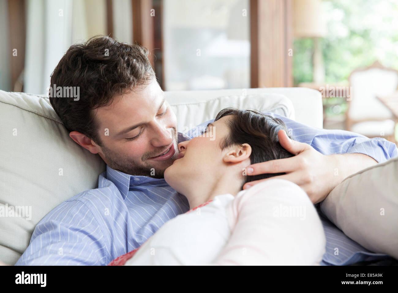 Paar gemütlich zusammen auf Sofa, Vorbereitung, küssen Stockbild